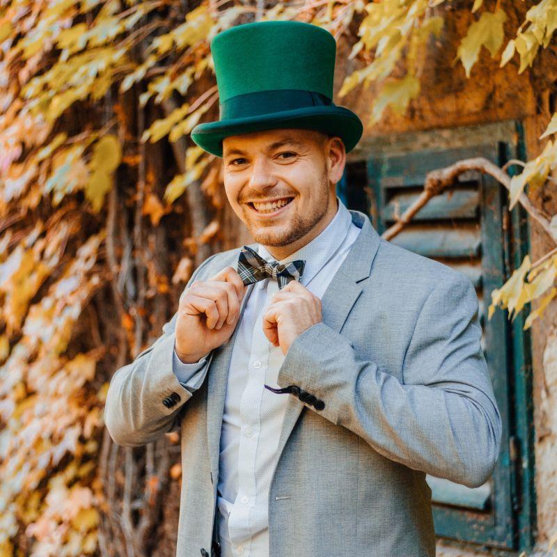 Norbi zöld cilinderes ceremóniamester